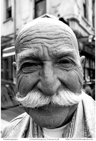 pala amca dede yaşlı samimi güven gülümse gülümseyince aynıyız portre smilelarity siyah beyaz b&w belgesel documentary