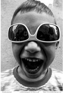 gözlük çocuk gül gülümseyince aynıyız portre smilelarity siyah beyaz b&w belgesel documentary