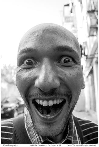 çılgın genç gülümseyince aynıyız portre smilelarity siyah beyaz b&w belgesel documentary