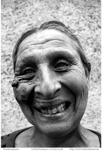 roman yaralı samimi içten hüzünlü gülümseyince aynıyız portre smilelarity siyah beyaz b&w belgesel documentary