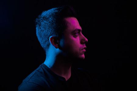 DJ renkli portre çalışması, stüdyo çekimi, eflatun ve mavi filtreli ışık kullanılmıştır, yoğun photoshop, tek duygu üzerinden poz.