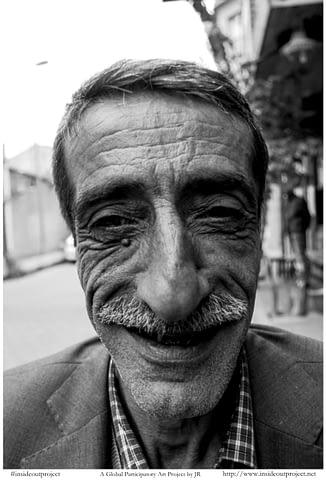 zayıf abi amca adam sakin içten gülümseyince aynıyız portre smilelarity siyah beyaz b&w belgesel documentary