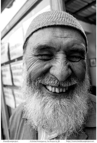 hacı islam gül gülümse din yaşlı gülümseyince aynıyız portre smilelarity siyah beyaz b&w belgesel documentary
