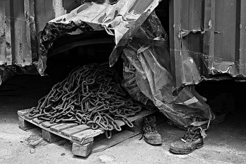 işçi ayakkabı zincir soyut düşmek siyah beyaz b&w belgesel documentary art