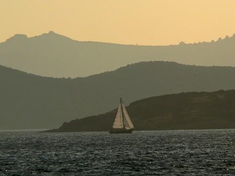 yelken deniz mavi dağlar katman tonlama