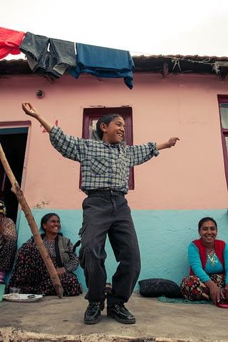 roman havası çocuk oyna dans