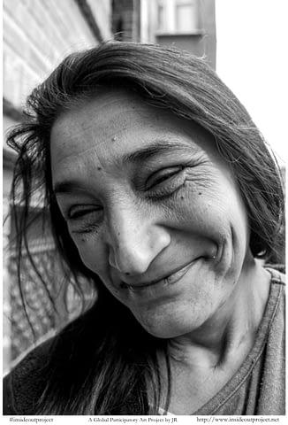 düşünceli roman abla kadın gülümseyince aynıyız portre smilelarity siyah beyaz b&w belgesel documentary