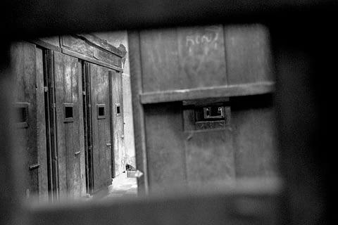 zindan kapı gözetle siyah beyaz poy pot kamboçya