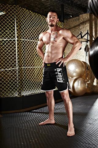 dövüşçü kaslı duruş çekim fotoğraf fotoğrafçı reklam photoshop retouch studyo