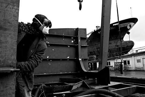 tersane gemi işçi maske siyah beyaz b&w belgesel documentary