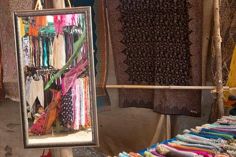 anne kız ayna pazar kıyafet yansıma izolasyon hindistan