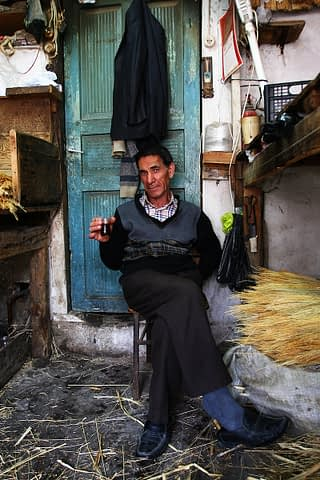 süpürgeci süpürge çalı çay otur portre gülümseyince aynıyız portre smilelarity belgesel documentary edirne