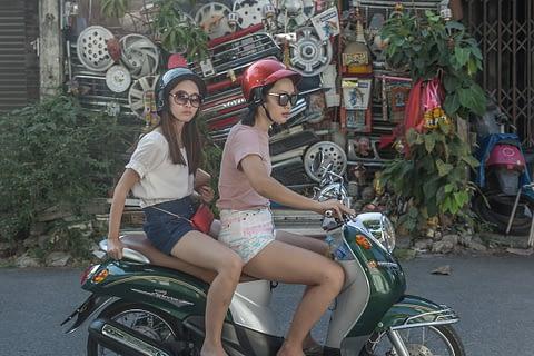 sokak fotoğraf yol yolcu tekerlek scooter motor fon kız bakış kreatif