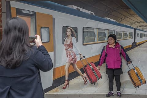 sokak fotoğraf yol yolcu çanta kreatif tren reklam