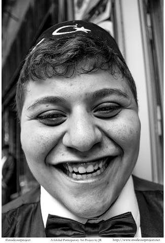 gül çocuk genç fes bayrak türkiye ay yıldız siyah beyaz b&w belgesel documentary