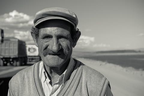 yol amca yaşlı portre siyah beyaz