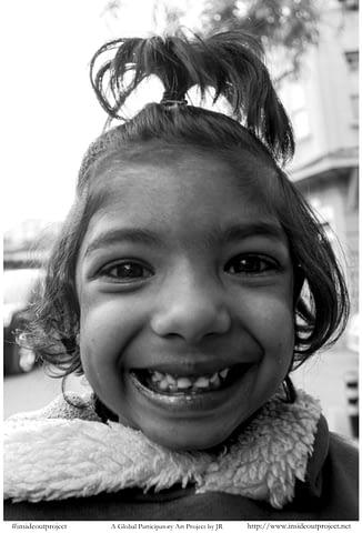 küçük kız gül samimi gülümseyince aynıyız portre smilelarity siyah beyaz b&w belgesel documentary
