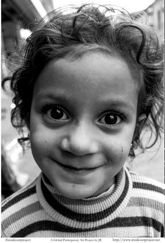 kız çocuğu içten anlamlı sevgi mutlu güzel gülümseyince aynıyız portre smilelarity siyah beyaz b&w belgesel documentary